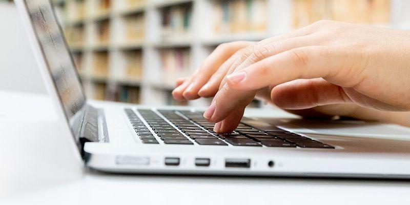 Donna che scrive con la tastiera del Notebook